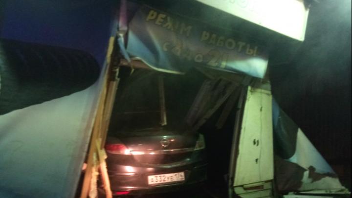 «Уезжали от сотрудников ДПС»: в Челябинске иномарка влетела в шиномонтажную мастерскую