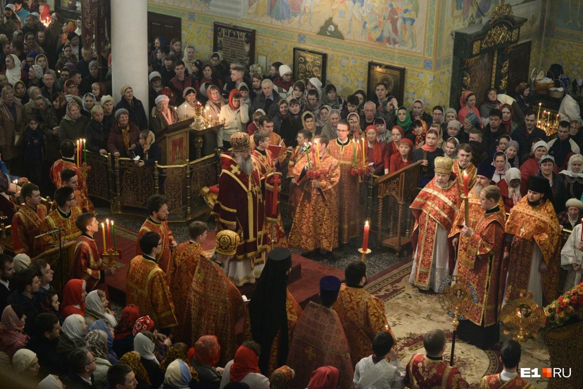 Губернатор и сотни горожан в полночь собрались в Свято-Троицком соборе на пасхальной литургии