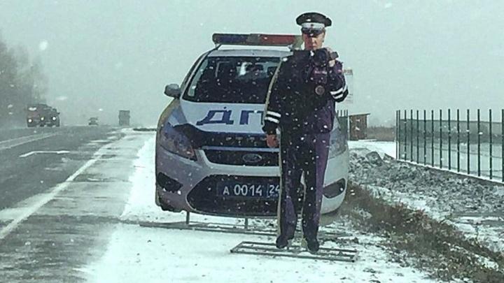 «Зима близко, а он в фуражке»: на трассе установили первого картонного инспектора с камерой