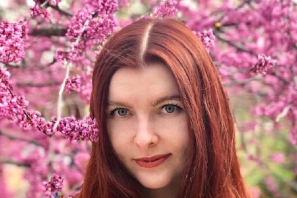 Многие девушки фотографируются на фоне цветущих деревьев и кустарников