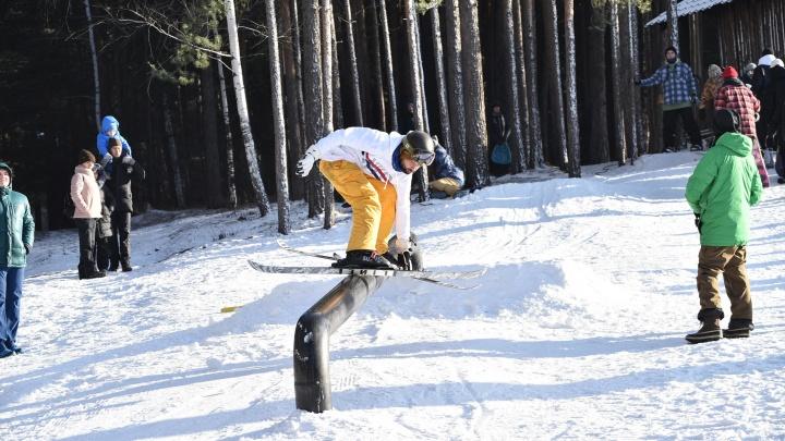 Снега нет, но все держались! Как на Уктусе открывали горнолыжный сезон
