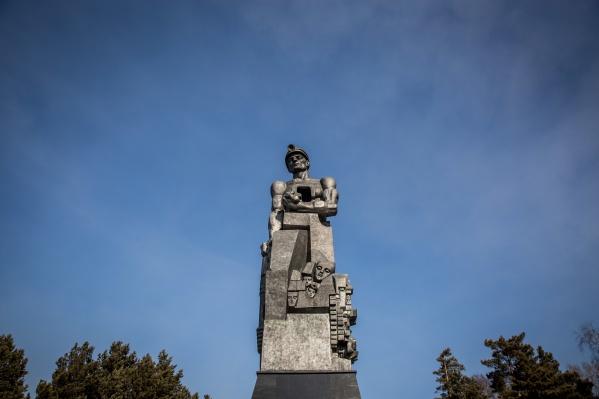 Кемерово. Памятник шахтерам очень точно передает настроение в городе — те же каменные лица, тот же тяжелый взгляд