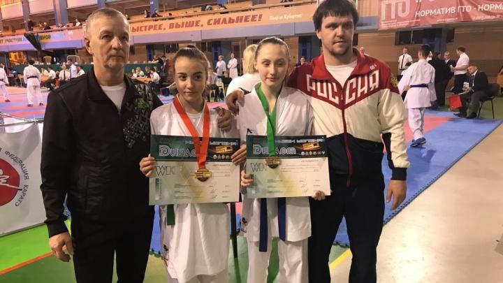 «Не проиграли ни одного финала»: свердловские школьники завоевали 8 медалей на турнире по карате