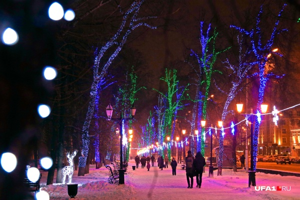 Завершить первый день нового года можно прогулкой по сверкающей аллее