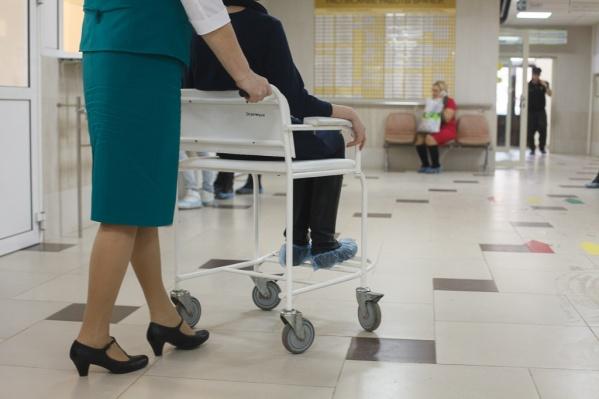 Соцработники приходят домой к людям, ухаживают за ними и, если нужно, сопровождают в медицинские учреждения
