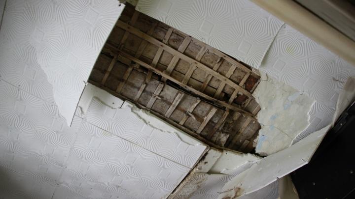 В аварийном бараке на окраине Омска обрушился потолок