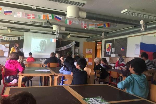 Дети изучают как минимум два иностранных языка. В некоторых школах сразу четыре