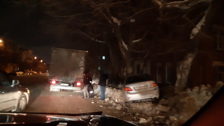 «Помяло и бросило в дерево»: на Фабричной столкнулись две иномарки — собирается пробка