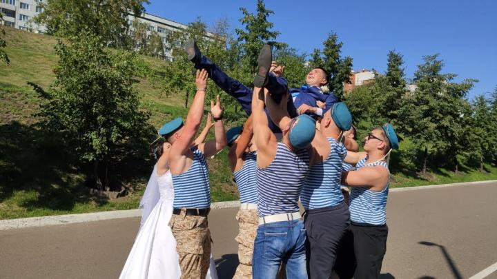 Эффектное авиашоу: следили весь день, как красноярцы празднуют День ВДВ