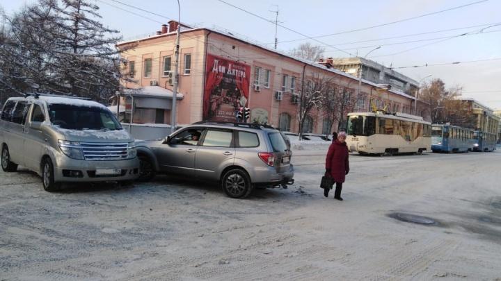 Две иномарки не поделили перекрёсток в центре города: из-за аварии встали трамваи