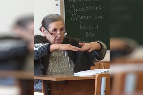 Женщина заметила надпись в то время, когда объясняла новую тему