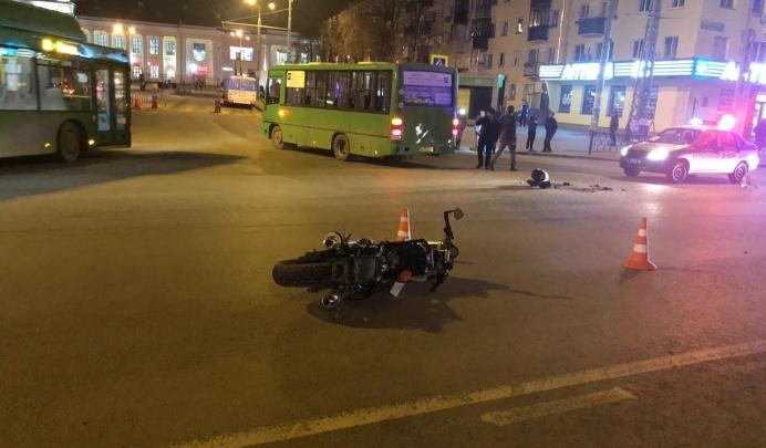 Водителя автобуса, который насмерть сбил мотоциклиста на Челюскинцев, отправили в колонию-поселение