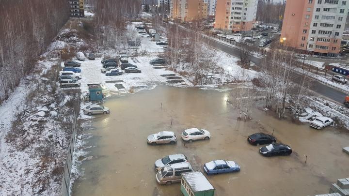 В Челябинске затопило микрорайон из-за коммунальной аварии, жители домов остались без воды