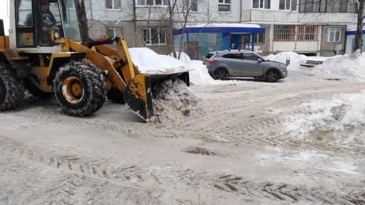 «Весной же затопит!»: чиновники пообещали вывезти снег из самарских дворов