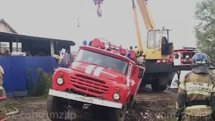 В Башкирии пожарная машина утонула в грязи. Вызволять ее пригнали кран