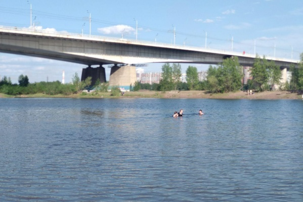 Первых купальщиков заметили в первый же теплый день в Красноярске