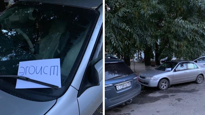 «Я паркуюсь как...»: записка для эгоиста, романтика на Омке и таксист-инвалид
