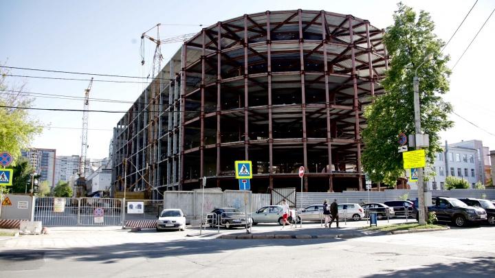 «Работы идут вяло»: недострой Никитина в центре Челябинска могут исключить из списка к саммитам-2020