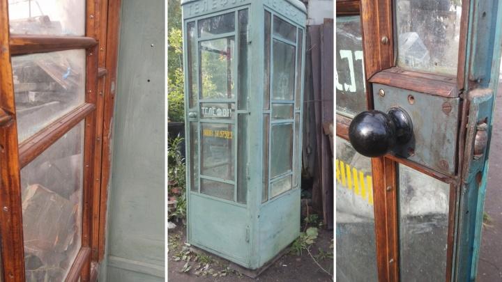 Омич решил продать полувековую телефонную будку за четверть миллиона рублей