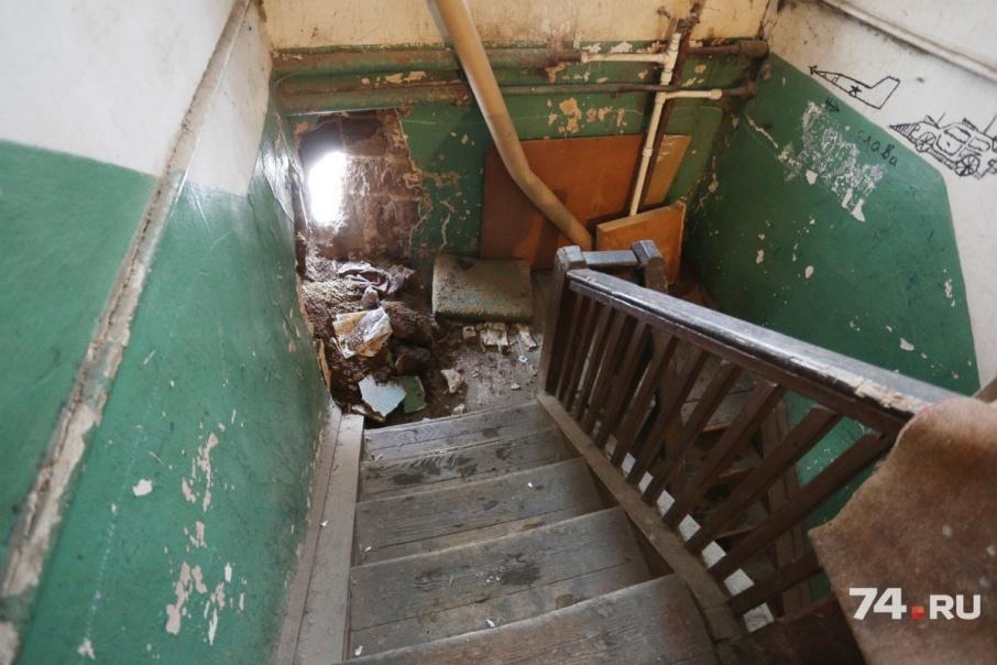 Чиновники подозревают, что жильцы аварийного дома сами разрушили стену