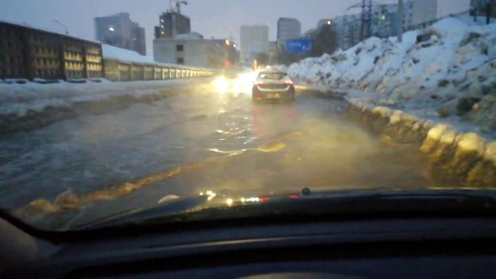 Из-за коммунальной аварии затопило улицу в районе Крымской площади