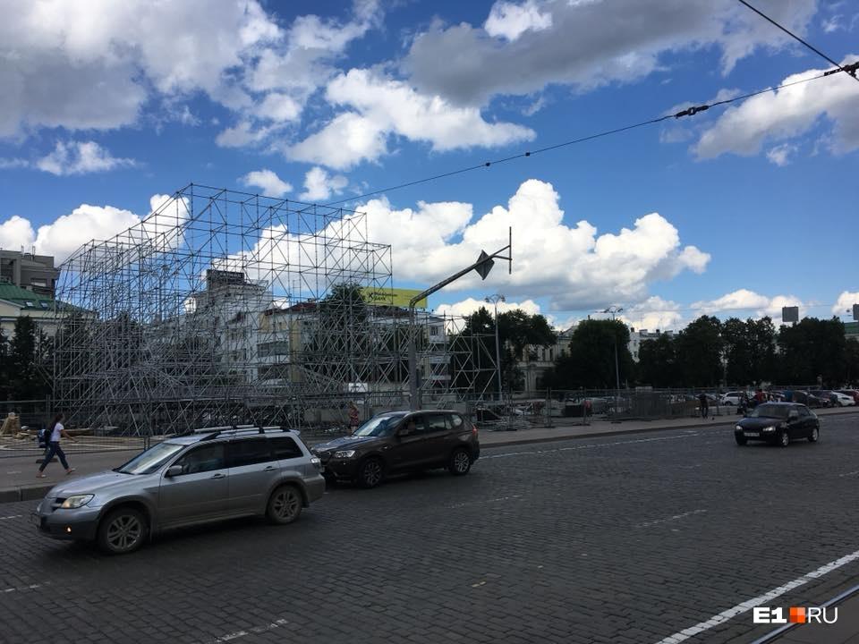 Рабочие уже собирают на площади металлический каркас сцены, но парковка для автомобилей пока будет частично открыта