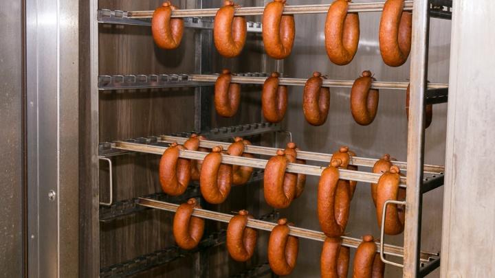 Фоторепортаж из цеха, где готовят колбасу собственного производства