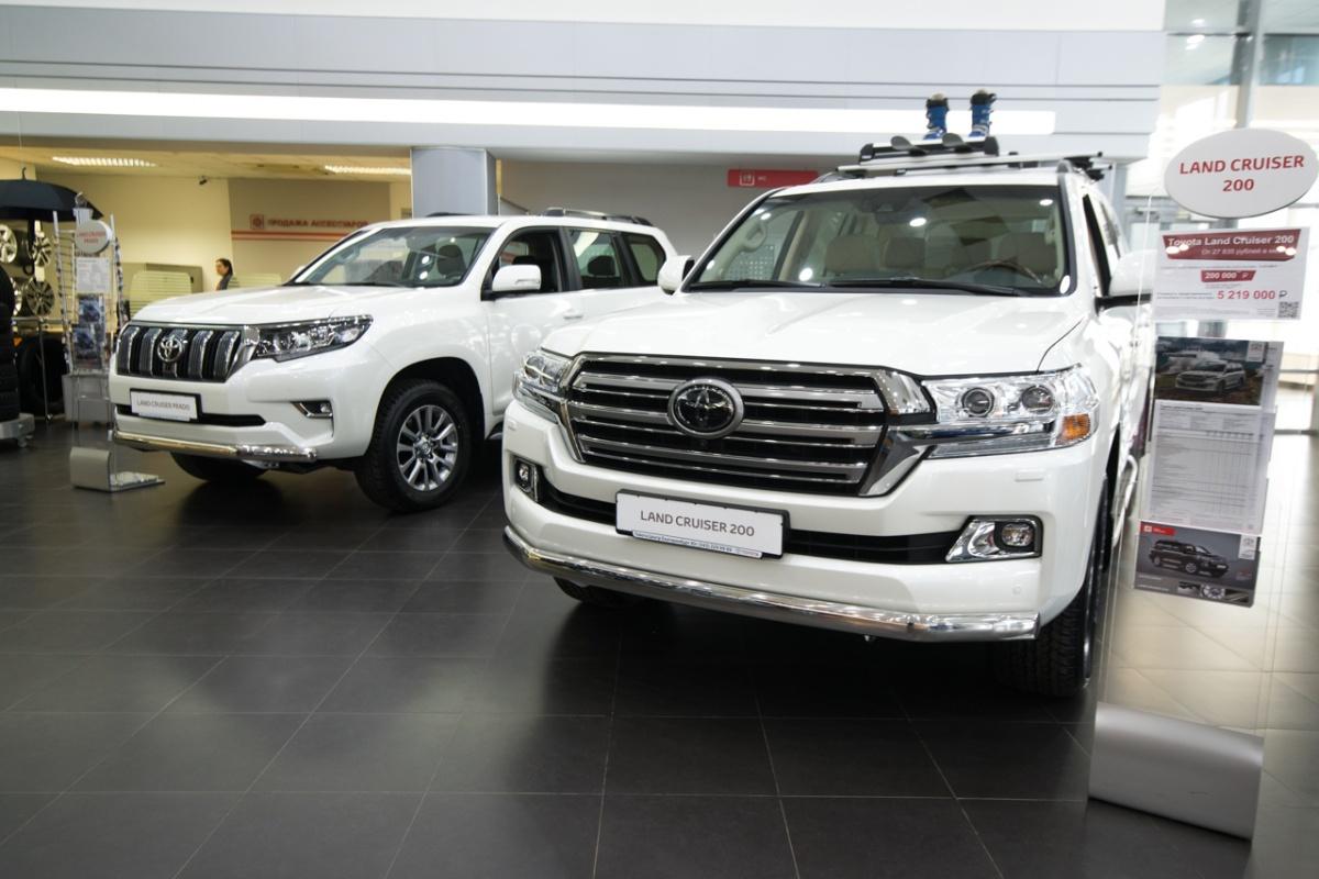 Сейчас на Toyota Land Cruiser 200 действует специальное предложение — купить машину можно со скидкой 350 000 рублей