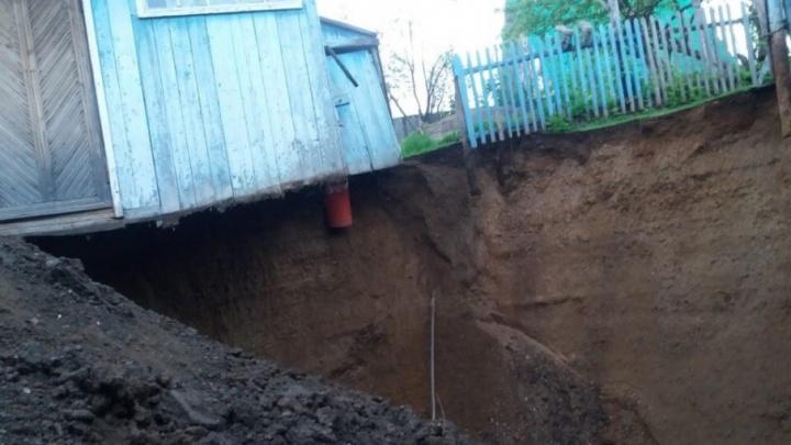 Карстовые провалы: в Башкирии под домом образовалась огромная яма