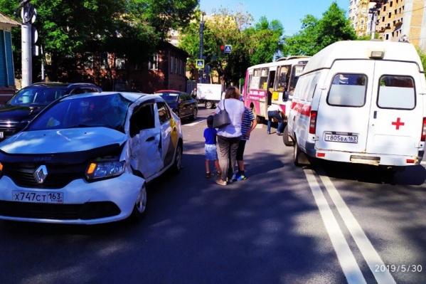 На место аварии вызвали медиков скорой помощи