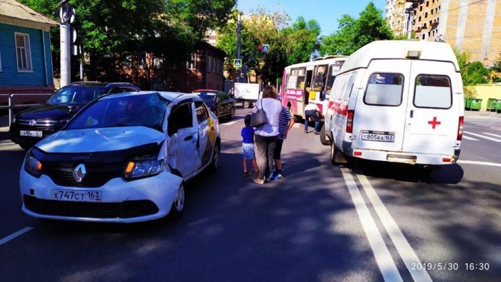 В Самаре пассажирский автобус протаранил «Рено»