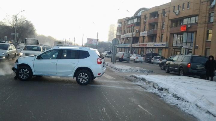 «Ниссан» выкинуло на встречку после столкновения на улице Гоголя: улица встала в пробку