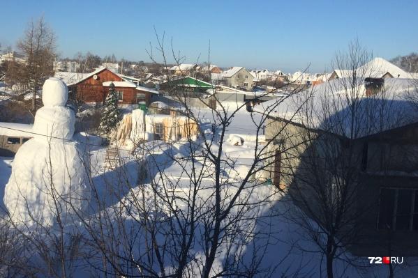 Вот такого снеговика увидели жители поселка Московского под окнами