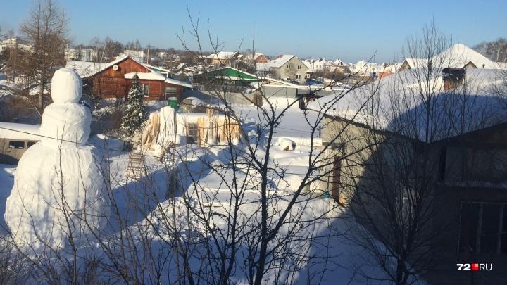 Не снеговик, а снеговище! Тюменский студент слепил великана высотой с двухэтажный дом