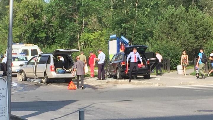 «Фольксваген» вылетел на тротуар у Центрального парка: два человека в больнице
