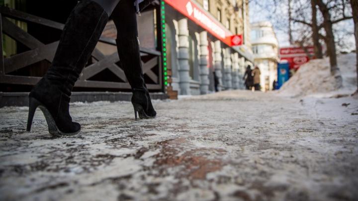 Начали падать вместе с первым снегом: в Новосибирске зафиксировали всплеск травм ног из-за гололёда