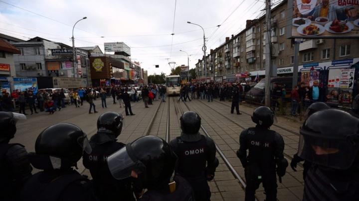 Организатора митинга против пенсионной реформы отвезли в суд