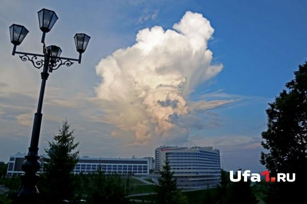 Грозовые облака хоть и красивы, но спасатели советуют любоваться стихией из дома