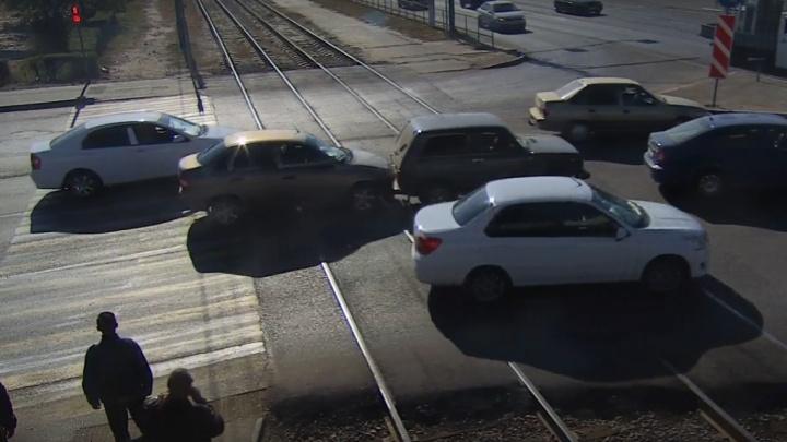 В Волгограде на трамвайных путях иномарка протаранила «Ниву»: видео