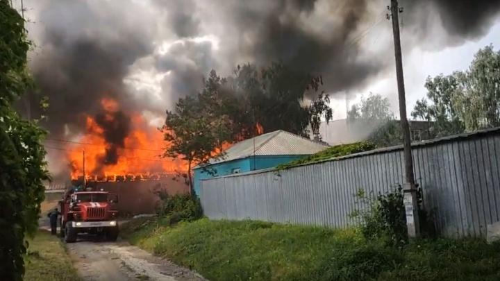 «На улице дышать невозможно»: челябинцев испугали клубы чёрного дыма, полыхает частная сауна