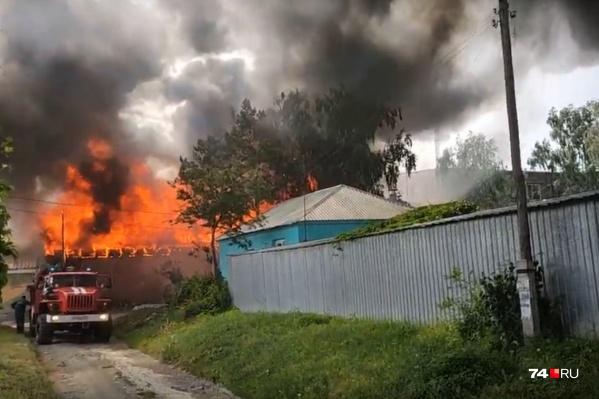 Огонь полыхает в Армавирском переулке