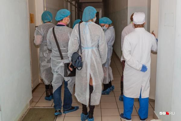 На собрании врачи с администрацией обсудили зарплаты и наличие необходимой техники