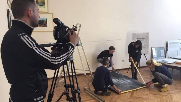 В Екатеринбурге «оживили» снимок, где художник Эрмитажа реставрирует спасённую в войну картину