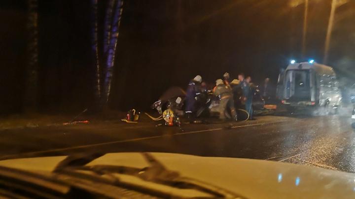 «Двенашка» в мясо: в Рыбинске столкнулись легковушка и пассажирский автобус
