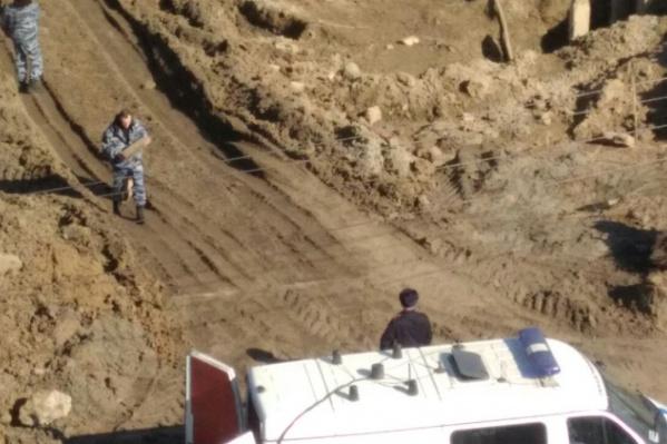 Снаряд нашли на стройплощадке будущего физкультурно-оздоровительного комплекса, расположенной между зданиями ФСБ и отдела полиции «Центральный». Рядом также находятся прокуратура и ГУ МВД области