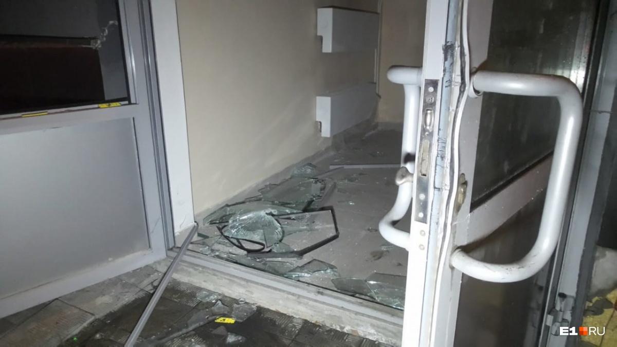 Нескольких сотрудников, которые работали в здании гипермаркета ночью, эвакуировали