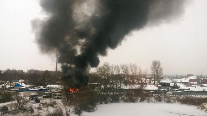 «Жутко чадит»: на конечной в челябинском микрорайоне сгорела маршрутка