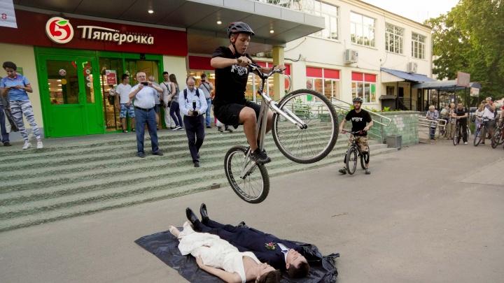 Молодожёны под велосипедом: появились фото экстремальной свадьбы ярославцев