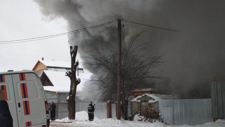 В Перми за торговым центром «Столица» произошел крупный пожар. Видео