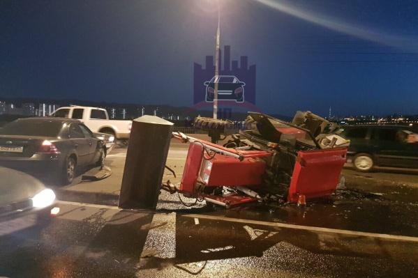 Трактор частично перекрыл движение на мосту, но авария была уже поздно вечером